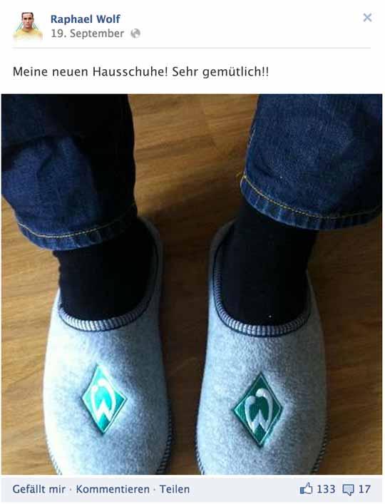 Raphael Wolf (SV Werder Bremen) und seine neuen Hausschuhe